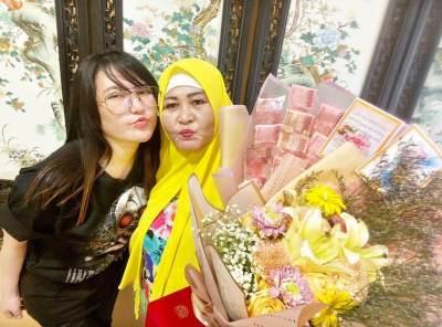 Bukan Kado Biasa! Via Vallen Beri Buket Bunga Uang Untuk Ibunda di Hari Ibu
