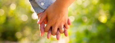Kisah Wanita yang Menikah dengan Pria Lain Demi Merawat Suaminya yang Lumpuh