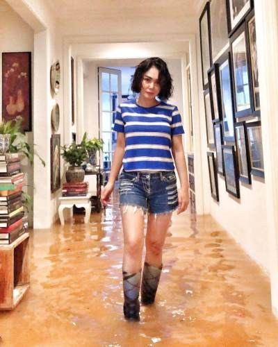 Rumah Kebanjiran, Wajah Glowing dan Sepatu Boots Yuni Shara Curi Perhatian