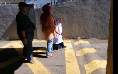 Mengharukan! Seorang Anak Ajak Orangtuanya yang Tunanetra Berkeliling Sekolah