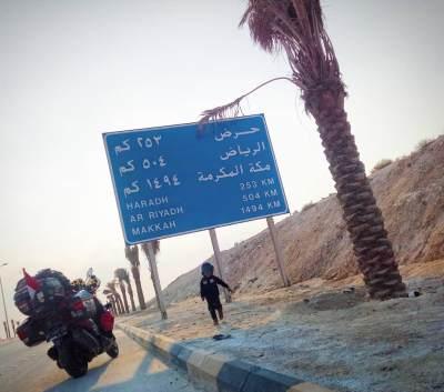 Wow, Ayah & Anak Sampai di Mekkah Setelah 8 Bulan Perjalanan Naik Motor dari Jambi!
