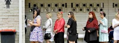 4 Alasan Kenapa Antrian Toilet Wanita Selalu Lebih Panjang Dibanding Pria