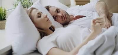 4. Membayangkan Hal atau Orang Lain Saat Sedang Bermesraan dengan Pasangan