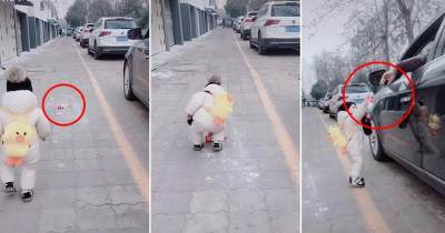 Cerdas! Anak 1 Tahun Ini Memungut Sampah dan Mengembalikannya Pada yang Membuang