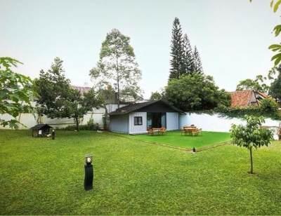 1. Rumah dengan pekarangan luas