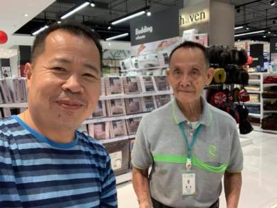Dulunya CEO, Kakek 81 Tahun Ini Nikmati Bekerja Jadi Sales di Mall