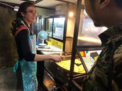 Viral & Bikin Heboh, Ini Sosok Wanita Penjual Tahu Goreng yang Cantiknya Bak Model