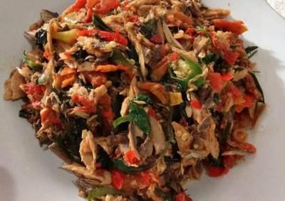 Resep Ikan Cakalang Suwir Daun Kemangi, Pas Untuk Makan Siang Keluarga!
