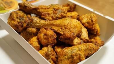 Agar Empuk dan Tak Keras Saat Digigit, Coba 5 Tips Menggoreng Ayam Ini, Moms