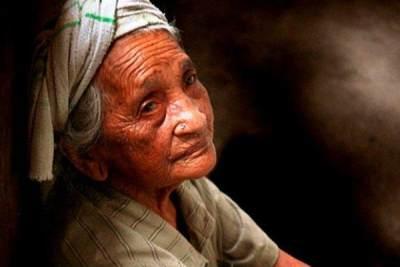 Kisah Haru Wanita Tua Menanti Putrinya yang Tak Kunjung Datang Ke Rumah