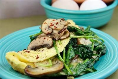 3. Omelet Telur, Bayam dan Jamur