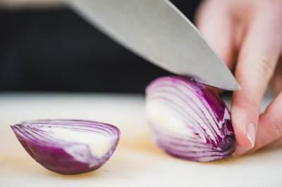 Mengiris Bawang Anti Nangis, Coba Tips & Trik Sederhana Ini, Moms!