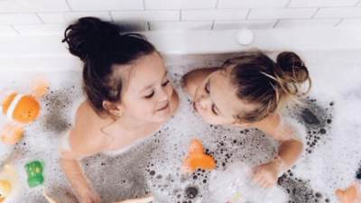 Kapan Orangtua Tidak Lagi Boleh Mandi Bersama Anak?